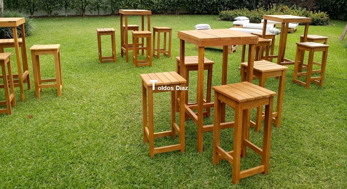 Mesa y bancos cuadrados de madera